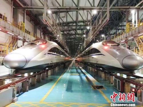 """高铁动车成为贵州人""""大交通时代""""出行的重要方式。 杨云 摄"""