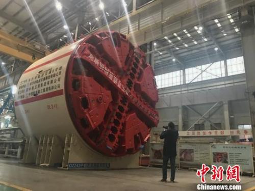 一位记者在铁建重工的车间拍摄。 唐小晴 摄