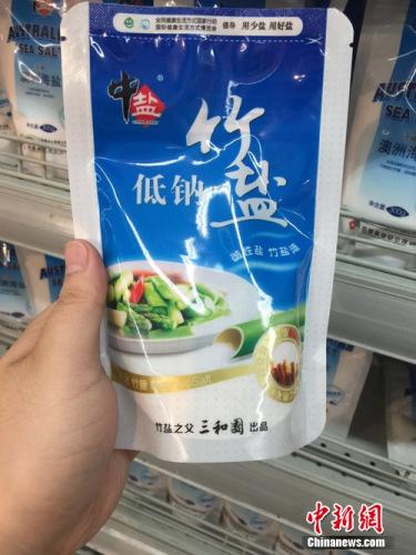 超市中在售的价位比较高的低钠盐。 吴涛 摄