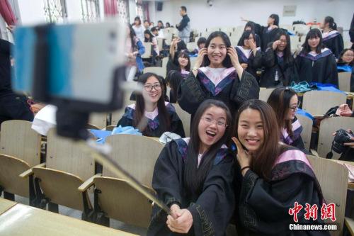 资料图:2016年5月23日,山西太原,山西大学毕业生与老师进行合影。中新社记者 张云 摄