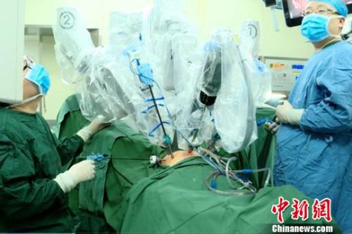 图为西安交大一附院医生为患者进行手术。西安交大一附院 提供