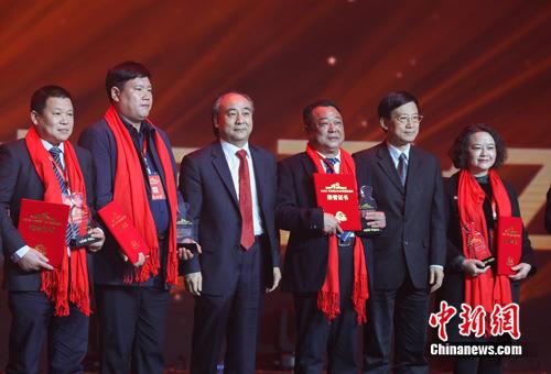 古井集团党委书记、董事长梁金辉(左三)