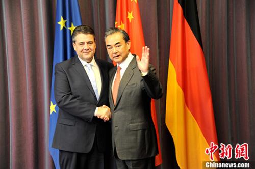 当地时间2月16日,赴德出席二十国集团非正式外长会的中国外交部长王毅在波恩与德国副总理兼外长加布里尔举行会谈。 中新社记者 彭大伟 摄