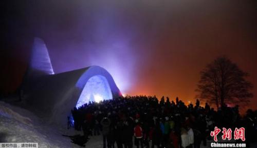 围炉把酒放歌:日本雪洞节开幕 烛光妆点寒夜