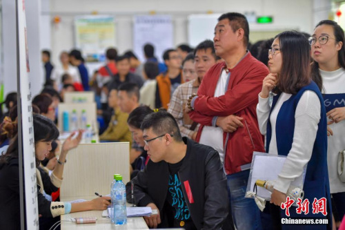 2月8日,2017年海南省新春首场特大型招聘会在海南省人力资源市场举行,吸引了众多求职者前来入场求职。中新社记者 骆云飞 摄