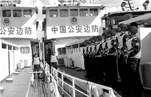 官兵在船艇甲板列队