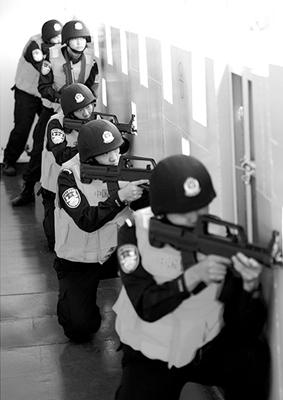 官兵在复杂水域组织演练