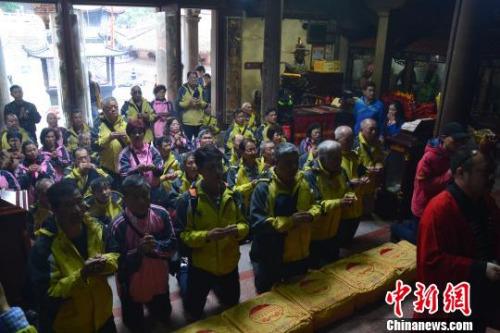 """2月21日,台湾高雄市白砂崙圣母宫妈祖信众一行42人身着庙服,恭捧分灵妈祖、中坛元帅等神尊,时隔6年后第三次赴""""妈祖故里""""福建湄洲岛谒祖进香。 林群华 摄"""