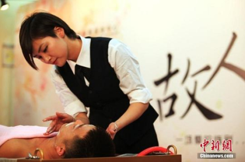 资料图:2014年12月17日,一场特殊的追思仪式――故人沐浴,在上海龙华殡仪馆举行。摄影:张亨伟