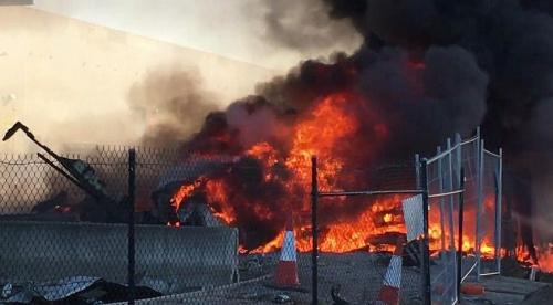 澳大利亚一载5人飞机坠毁引发大火 或因引擎故障