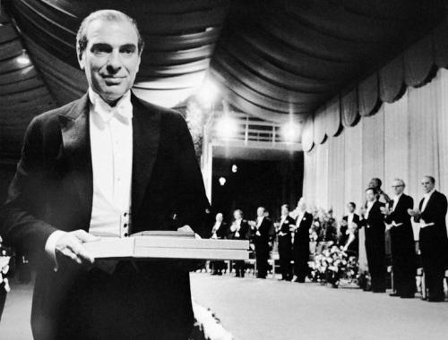 资料图:1972年,阿罗领取诺贝尔经济学奖。(图片来源:美联社)