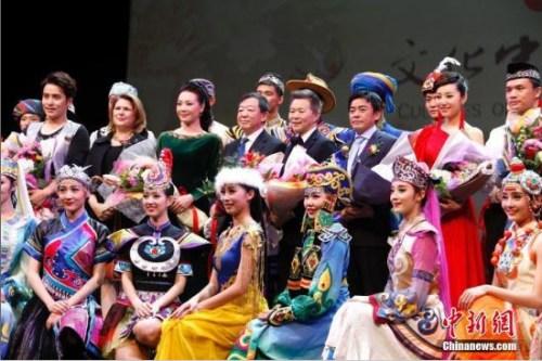 """当地时间2月20日晚,国务院侨务办公室组派的2017""""文化中国·四海同春""""北美代表团在加拿大经济重镇卡尔加里上演大型歌舞剧《传奇》。这也是该艺术团在美国、加拿大七城慰侨巡演的最后一场演出。图为演出结束后,中国驻卡尔加里副总领事高振廷(二排左四)等嘉宾与国侨办宣传司处长蔡勇(二排右三),歌唱家吕薇(二排左三)、王宏伟(二排右四)及中央民族歌舞团的演员们合影。<a target='_blank' href='http://www.chinanews.com/'>中新社</a>记者 余瑞冬 摄"""