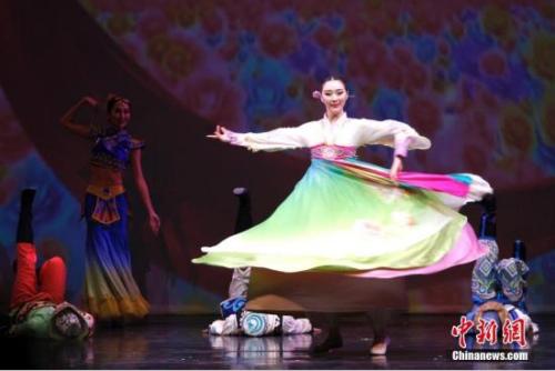 """当地时间2月20日晚,国务院侨务办公室组派的2017""""文化中国·四海同春""""北美代表团在加拿大经济重镇卡尔加里上演大型歌舞剧《传奇》。这也是该艺术团在美国、加拿大七城慰侨巡演的最后一场演出图为开场舞蹈《快乐舞步》。<a target='_blank' href='http://www.chinanews.com/'>中新社</a>记者 余瑞冬 摄"""