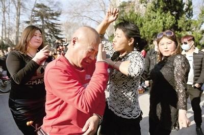 """郑州人民公园""""尬舞""""爆红 各种"""