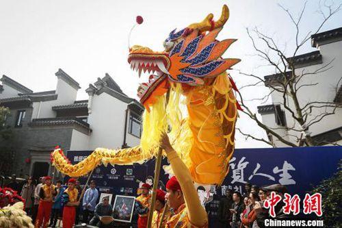 """资料图:农历二月二 南京城南老街""""龙抬头""""。民间舞龙队在南京城南老街舞龙。泱波 摄"""
