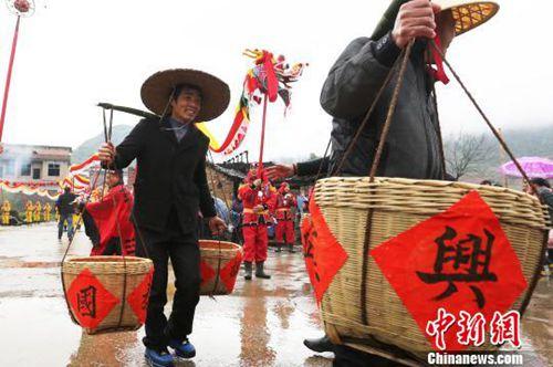 """资料图:湖南临武县""""二月二祭龙神""""祈福民众幸福安康。人们舞起双龙""""龙抬头""""祈福。陈卫平 摄"""