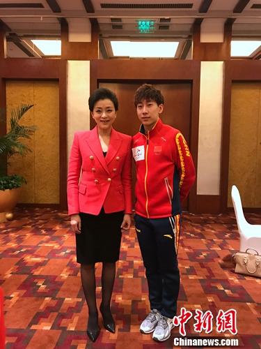 杨澜与国家队运动员合影