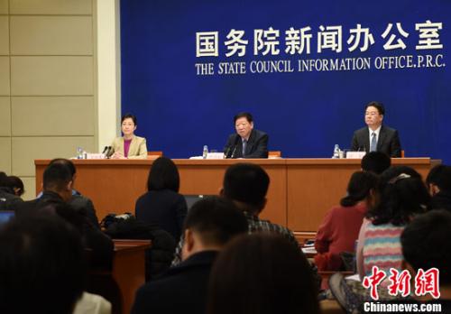 3月1日,国务院新闻办公室在北京举行新闻发布会,人力资源和社会保障部部长尹蔚民、副部长游钧介绍就业和社会保障有关情况,并答记者问。记者 张勤 摄