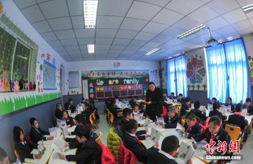 资料图:3月1日,辽宁沈阳,学生在教室上语文课。记者 于海洋 摄