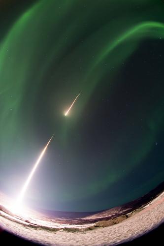 """2017年2月22日,""""黑雁9""""火箭在阿拉斯加发射升空。(图片来源: NASA/Terry Zaperach)"""