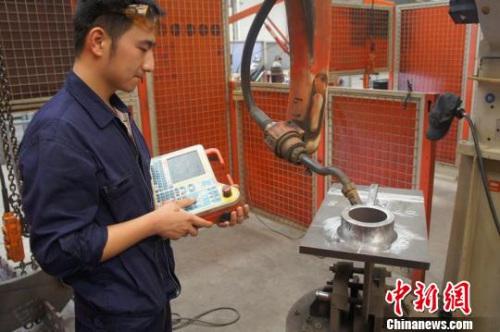"""资料图:江苏制造见闻之坚守机具生产20载,增添""""中国造""""神奇引力。朱志庚 摄"""