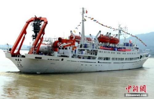"""资料图 中国第一艘载人潜水器""""蛟龙""""号及其母船""""向阳红09号""""船,发 刘可耕 摄"""