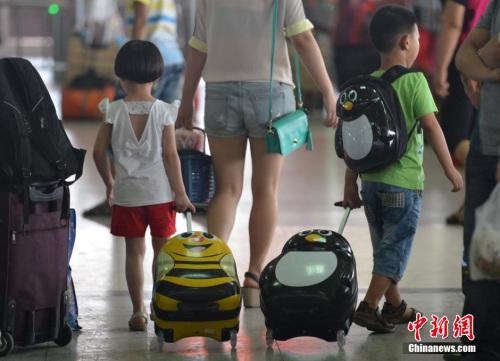 资料图:随着学期的结束,中国各地的许多外来务工人员的子女像候鸟一样,在暑假期间迁徙回家。<a target='_blank' href='http://www.chinanews.com/'></table>中新社</a>发 张斌 摄