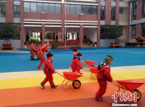 资料图:图为贵州省遵义市实验幼儿园第一分园的幼儿与教师在游戏中体验建筑设计。 黄蕾瑾 摄