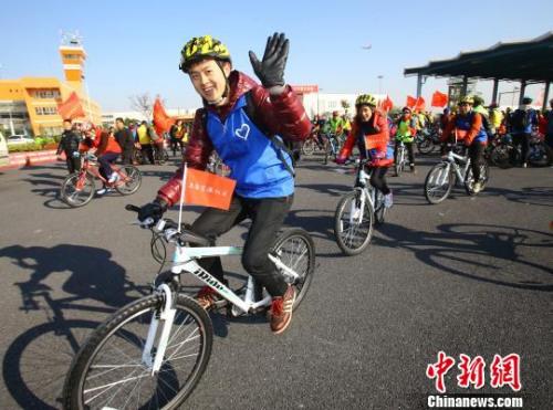 资料图:国际志愿者日上海青年们骑行宣传环保。杨夏杰 摄
