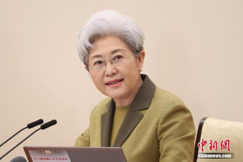 3月4日上午,十二届全国人大五次会议在北京人民大会堂举行新闻发布会,大会发言人傅莹就大会议程和人大工作相关问题回答中外记者的提问。 记者 盛佳鹏 摄