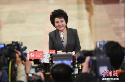 """国务院侨务办公室主任裘援平在""""部长通道""""接受记者采访。记者 杨可佳 摄"""