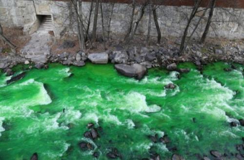 西班牙当局借助染色剂查水质 河流变成荧光绿色