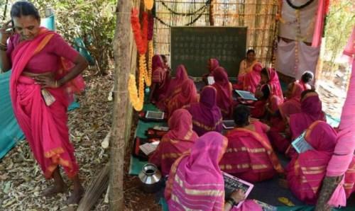 印度阿婆学校。图片来源:法新社。