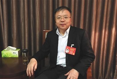 岳普煜,全国人大代表、临汾市委书记。3月7日,岳普煜在驻地接受新京报专访时表示,环保始终摆在第一位。要想经济发展,环境就得有保证。新京报记者 谷岳飞 摄