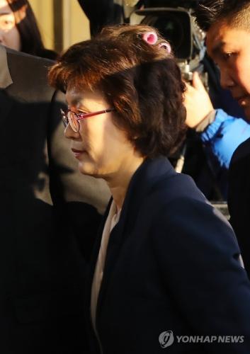 李贞美到达宪法法院时被拍到忘记摘掉头上的卷发棒。图片来源:韩联社。