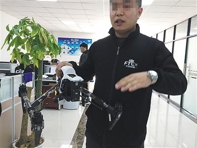 昨日,飞态创新门店负责人陈石磊表示,破解模块还装在无人机上,但并未使用。新京报记者 吴江 摄