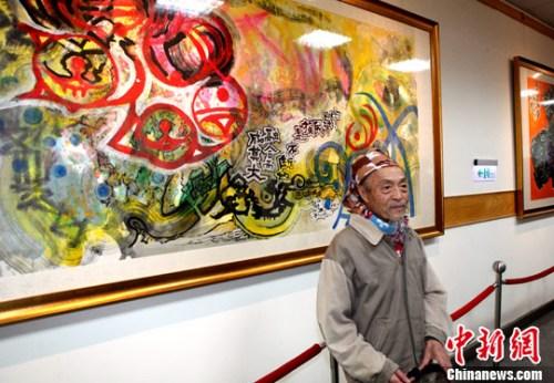 张德正为观众解说他的作品《中华民族不断融合而成其大》。记者 龙敏 摄
