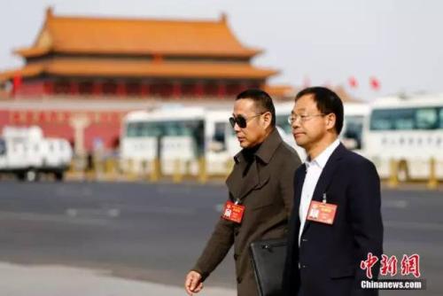 11日,全国政协十二届五次会议第四次全体会议,陈道明委员(左)步入会场。中新社记者 富田 摄