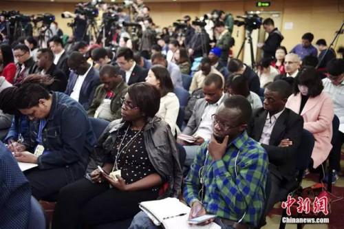 11日,十二届全国人大五次会议新闻中心举行记者会,外国记者在会上。 中新社记者 盛佳鹏 摄