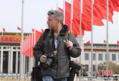 一名外国记者在天安门广场采访。中新社记者 杨可佳 摄
