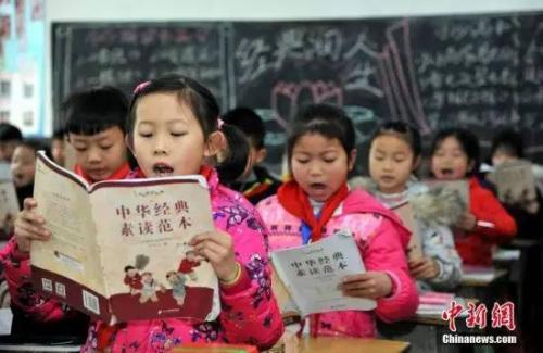 """资料图:江西省万载县第一小学开展""""热爱母语学诵汉字""""活动,让孩子们学习、诵读汉语国学经典。邓龙华 摄"""