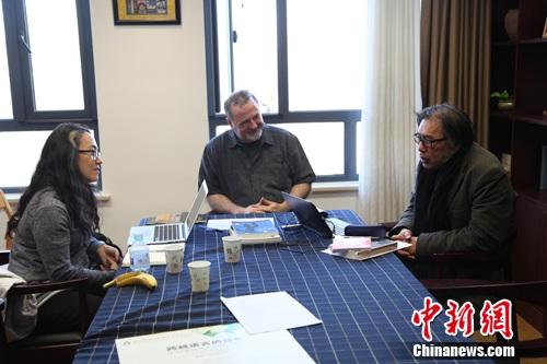 西川(右一)在与其他嘉宾讨论诗歌创作。北师大国际写作中心供图