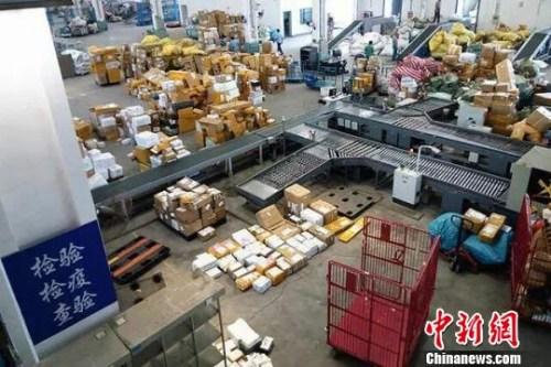 """资料图:近年""""海淘""""市场成为电商一大战场,跨境邮寄物呈现快速增长态势。芊烨 摄"""