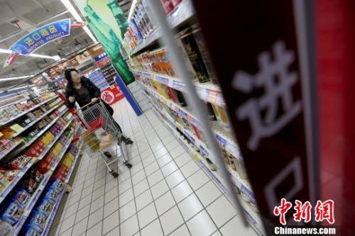资料图:山西太原,民众在超市选购进口商品。 张云 摄