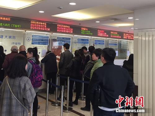 图为市民在北京大学口腔医学院大厅排队挂号。吕春荣 摄