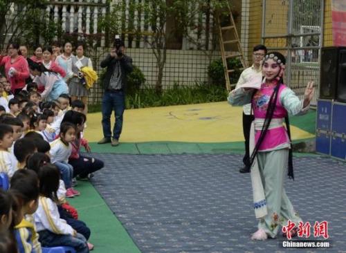 资料图:京剧进幼儿园,长沙萌娃感受国粹魅力。
