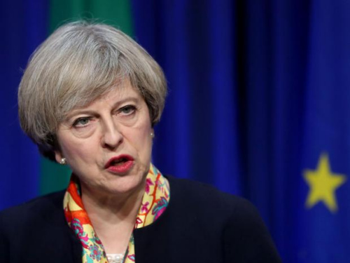 英议会通过脱欧法案引抗议 首相称月底前启动脱欧
