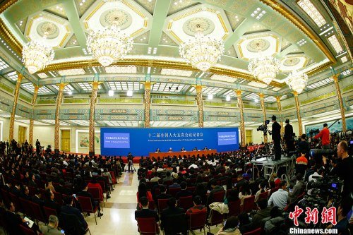 3月15日,国务院总理李克强在北京人民大会堂会见中外记者并回答记者提问。 记者 富田 摄