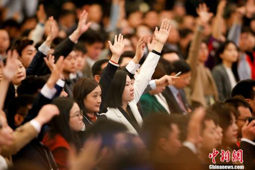 3月15日,国务院总理李克强在北京人民大会堂会见中外记者并回答记者提问。图为记者举手提问。 记者 杜洋 摄