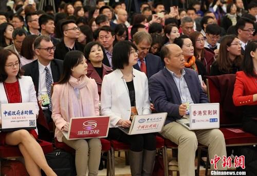 3月15日上午,国务院总理李克强在人民大会堂三楼金色大厅会见采访十二届全国人大五次会议的中外记者,并回答记者提出的问题。图为出席记者会的媒体记者们。记者 刘震 摄